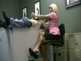 Boss works her messenger's schlong in office